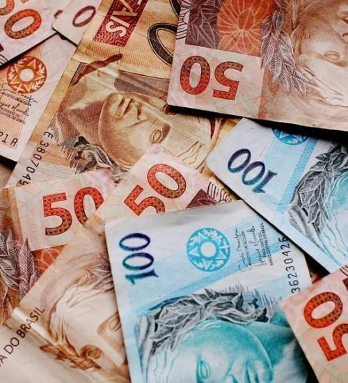 Bancos reduzem projeção de lucro após novas regras para cheque especial.