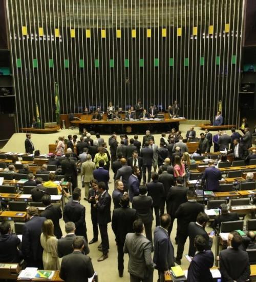 Câmara aprova MP que cria o programa Médicos pelo Brasil.
