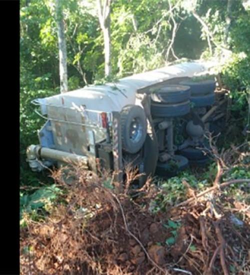 Caminhão de transporte de ração tomba na SC-163 em Iporã Do Oeste.