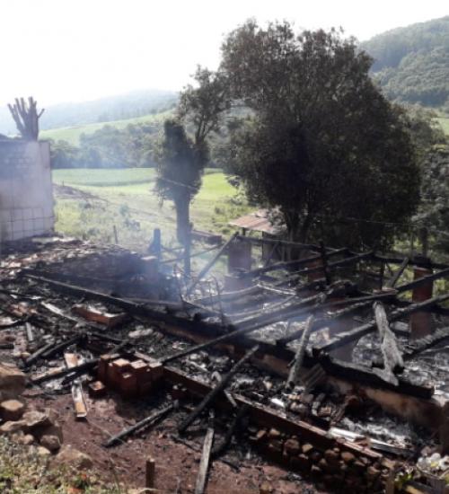 Casa é destruída por incêndio em São João do Oeste.