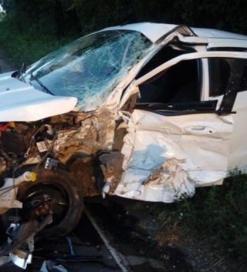 Homem fica gravemente ferido em acidente entre carro e caminhão na BR-282.