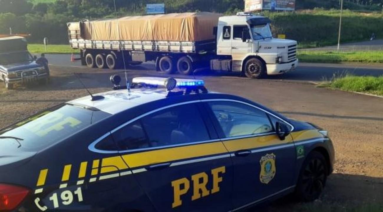 PRF flagra carreta com 400 mil pacotes de cigarros contrabandeados na BR-282.