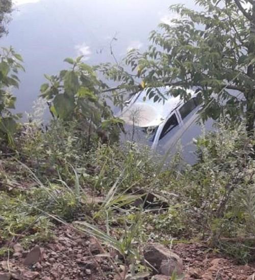 Automóvel sai da pista e cai em rio.