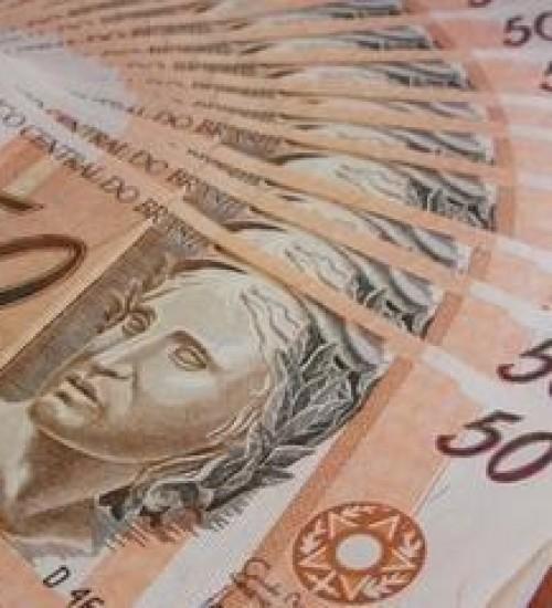 Bolsonaro assina decreto que estabelece salário mínimo de R$ 1.039
