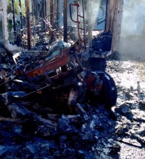 Caminhão é destruído por incêndio no interior de Itapiranga.