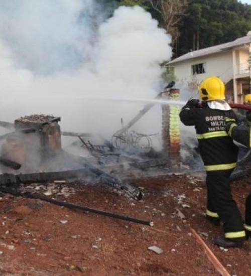 Casa é destruída por incêndio em Mondaí.