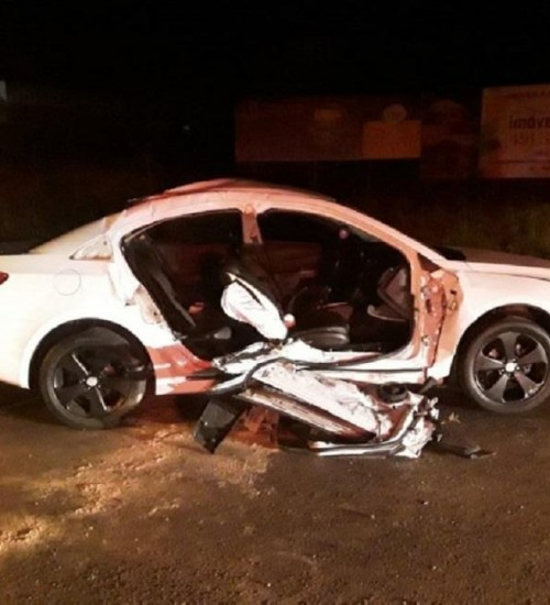 Criança morre após carro conduzido pelo irmão adolescente bater em caminhão em SC.