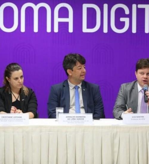 Governo anuncia versão digital de diplomas com custo 80% menor.