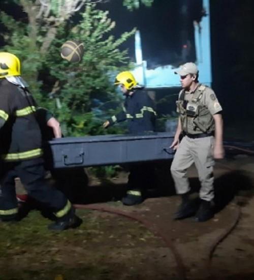 Homem morre carbonizado em incêndio de residência em São Miguel do Oeste.