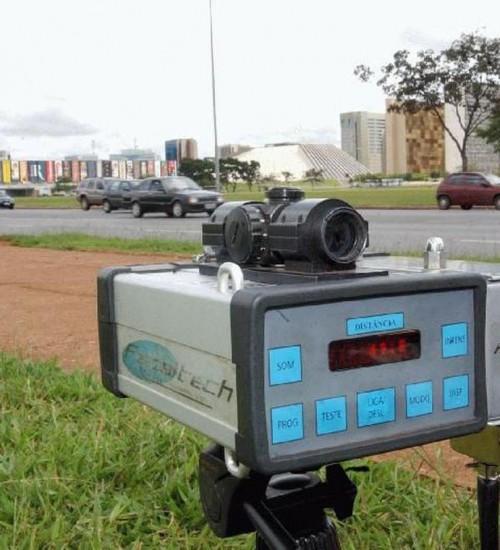 Justiça determina que PRF volte a usar radares móveis em rodovias.