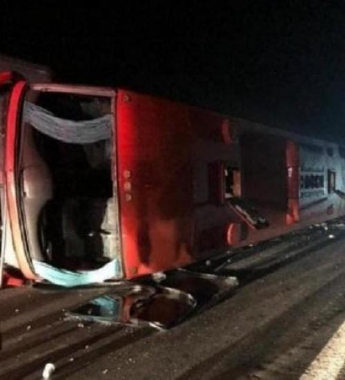 Ônibus catarinense tomba no Rio Grande do Sul e deixa 26 pessoas feridas.
