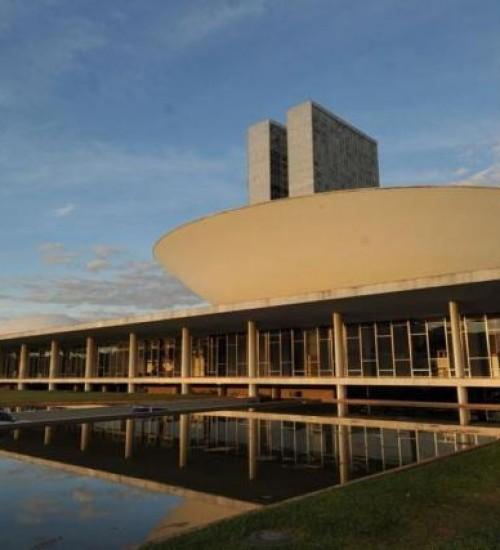 Prefeitos se mobilizam em Brasília contra extinção de municípios.
