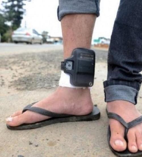 Proposta para obrigar preso a pagar por tornozeleira avança em Santa Catarina.