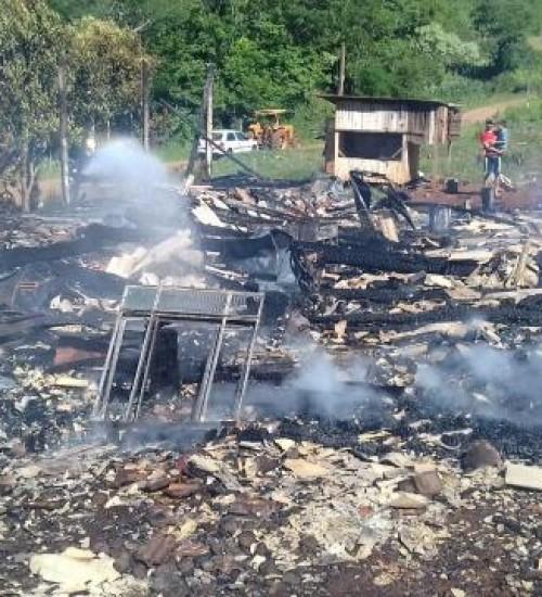 Residência fica destruída em incêndio em Belmonte.
