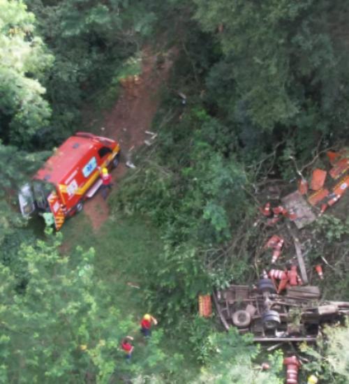 Caminhão cai da ponte do Rio das Antas e deixa três feridos.