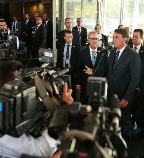 Governo estuda mudar forma de cobrança de imposto sobre combustíveis para baratear preço, diz Bolsonaro