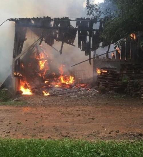 Incêndio destrói galpão com mais de 190 m², no interior de Itapiranga.