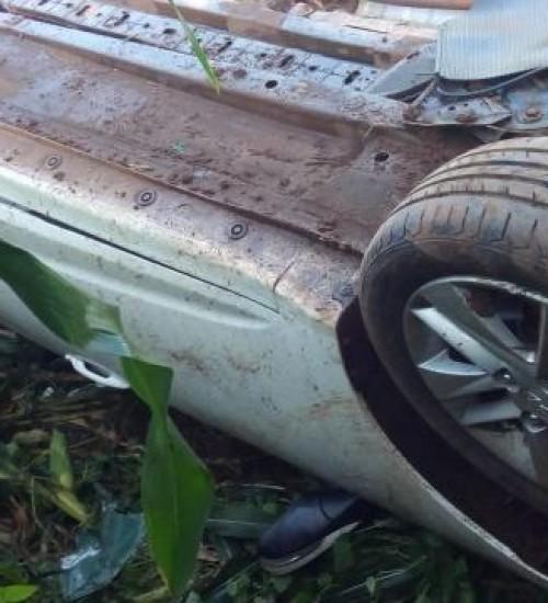 Após saída de pista, veículo capota em Anchieta