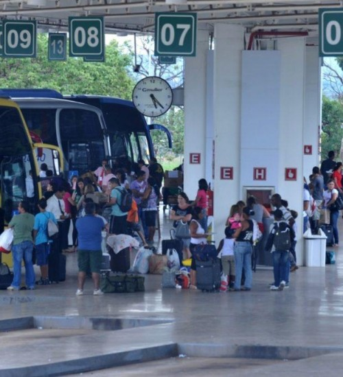 Empresa de ônibus que pegou fogo com bagagens é condenada a indenizar família no Oeste.