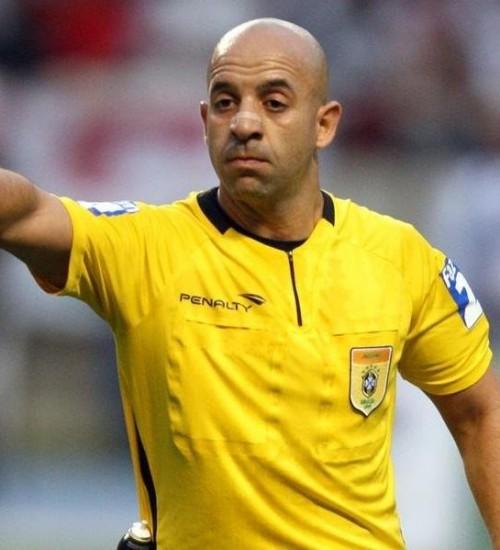 Jean Pierre Lima apita o Gre-Nal da semifinal do primeiro turno do Gauchão.