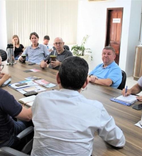 Representantes da Ameosc e Amuceleiro discutem projeto de construção de ponte que deve ligar SC e RS, em Itapiranga.