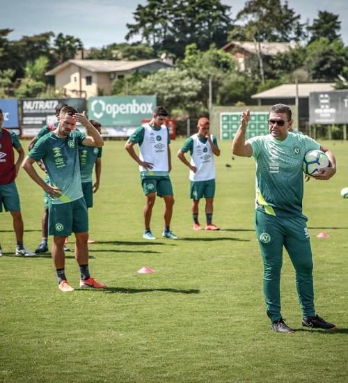 Umberto Louzer comanda primeiro treino e indica escalação para estreia na Chapecoense.