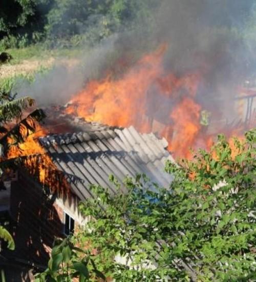 Família que teve casa destruída em incêndio em São Miguel do Oeste.