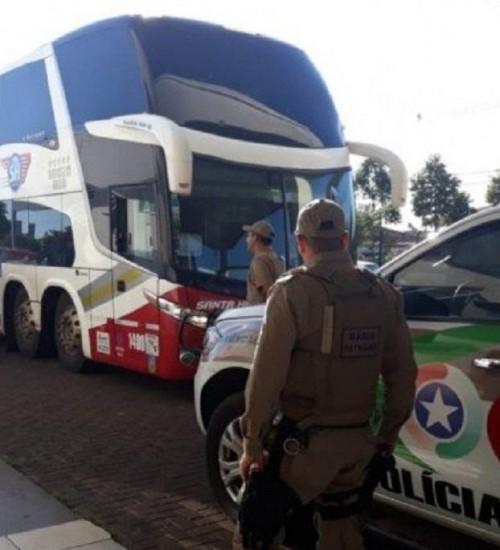 Ônibus de SMOeste com 40 passageiros chega da Bahia sob escolta no Oeste.