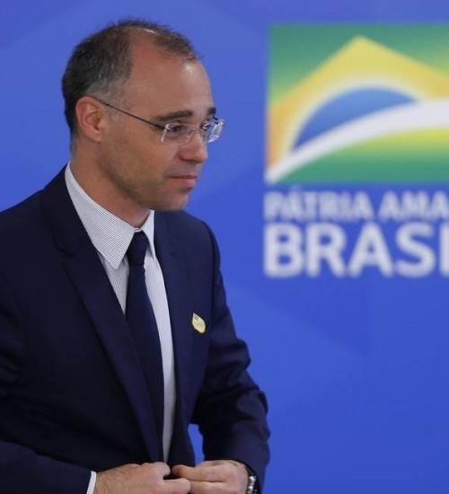 Bolsonaro escolhe André Mendonça como ministro da Justiça e nomeia Ramagem para comandar a PF.