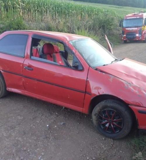 Condutora de automóvel sofre lesões em tombamento, no interior de Iporã do Oeste.