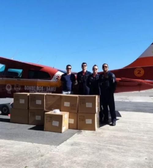 Equipamentos respiratórios são trazidos a SC por aeronave dos bombeiros.