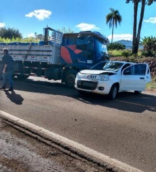 Engavetamento envolve automóvel e dois caminhões, em São João do Oeste.