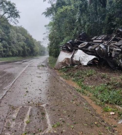 Caminhão sai da pista e tomba na BR-158 em Cunha Porã.