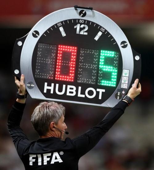 Fifa autoriza cinco substituições para volta do futebol após coronavírus.