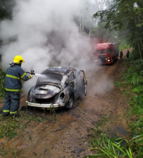 Fusca é destruído por incêndio no interior de Itapiranga.