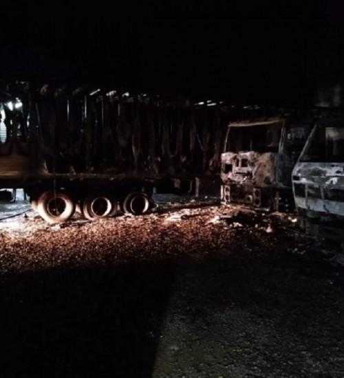 Incêndio de grandes proporções destrói quatro caminhões, em Itapiranga.