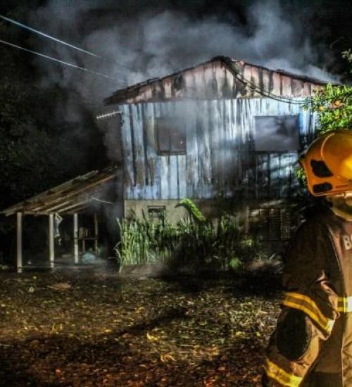 Casa é destruída por incêndio e proprietário é detido pela PM.