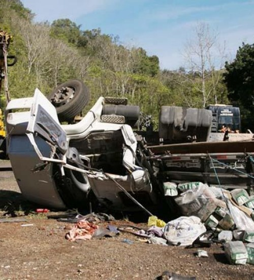 Caminhoneiro fica ferido em acidente na BR-282.