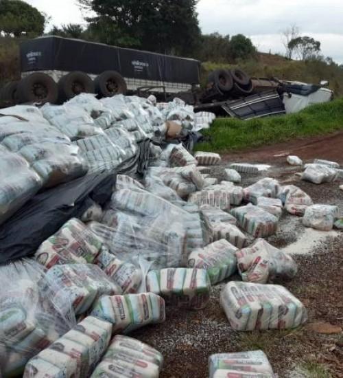 Carreta carregada de arroz tomba na BR 163, em SMOeste.