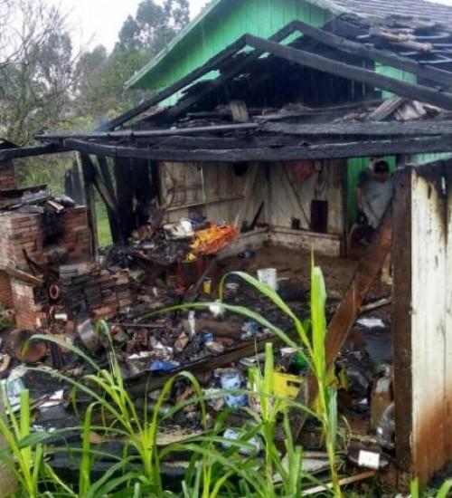 Incêndio destrói garagem e danifica carro e moto no interior de Iporã do Oeste.
