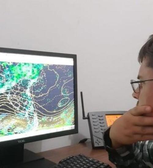 Meteorologista destaca que a frente fria trará chuva forte e temporais.