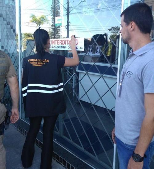 Polícia Militar e Vigilância Sanitária interditam estabelecimento comercial em Itapiranga.