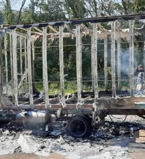 Caminhão pega fogo na BR-282 em Maravilha