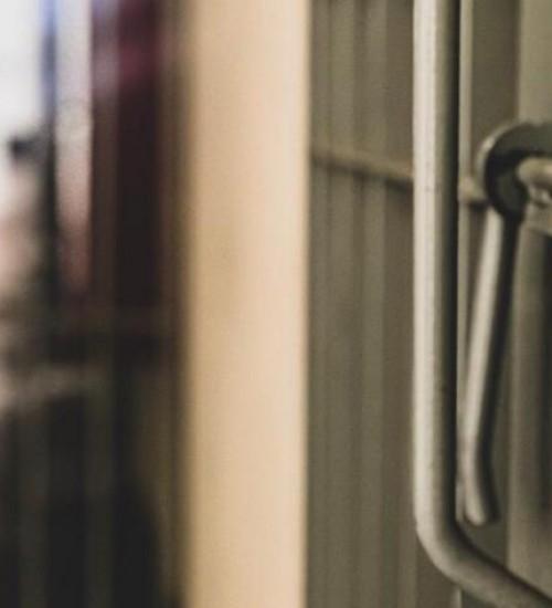 Ex-professor condenado por estupro de alunas é preso.