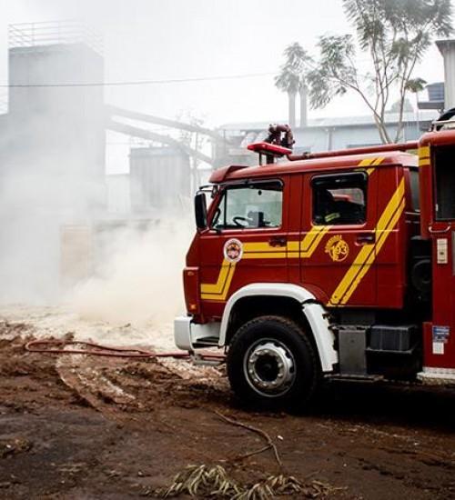 Incêndio em fábrica de móveis mobiliza bombeiros