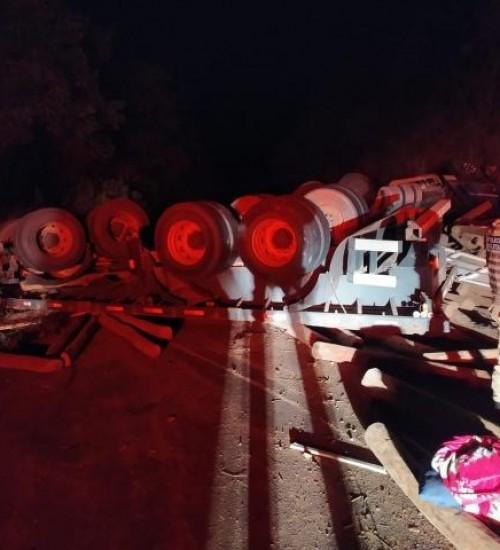 Tombamento deixa rodovia entre Anchieta e Guaraciaba interditada.