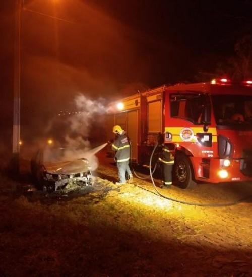 Veículo destruído por incêndio em Iporã do Oeste
