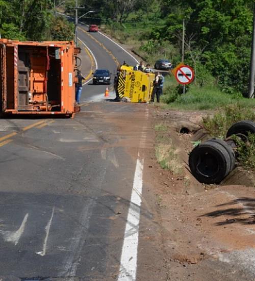 Carro-forte e caminhão de coleta seletiva tombam após acidente na SC-283
