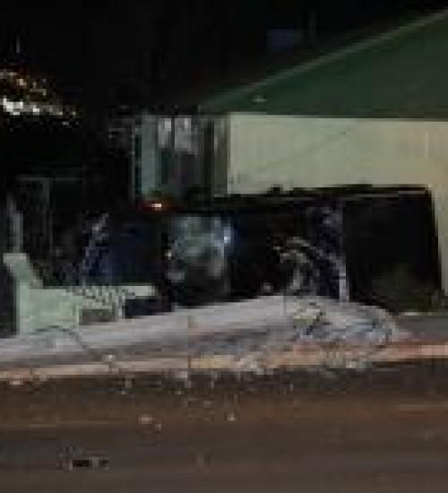 condutor derruba poste e invade casa em SMO