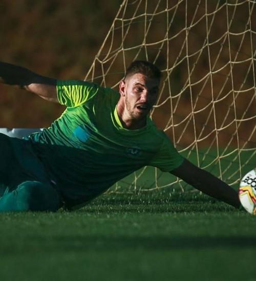Sem sofrer gol em cinco jogos, João Ricardo é base sólida na defesa da Chapecoense.